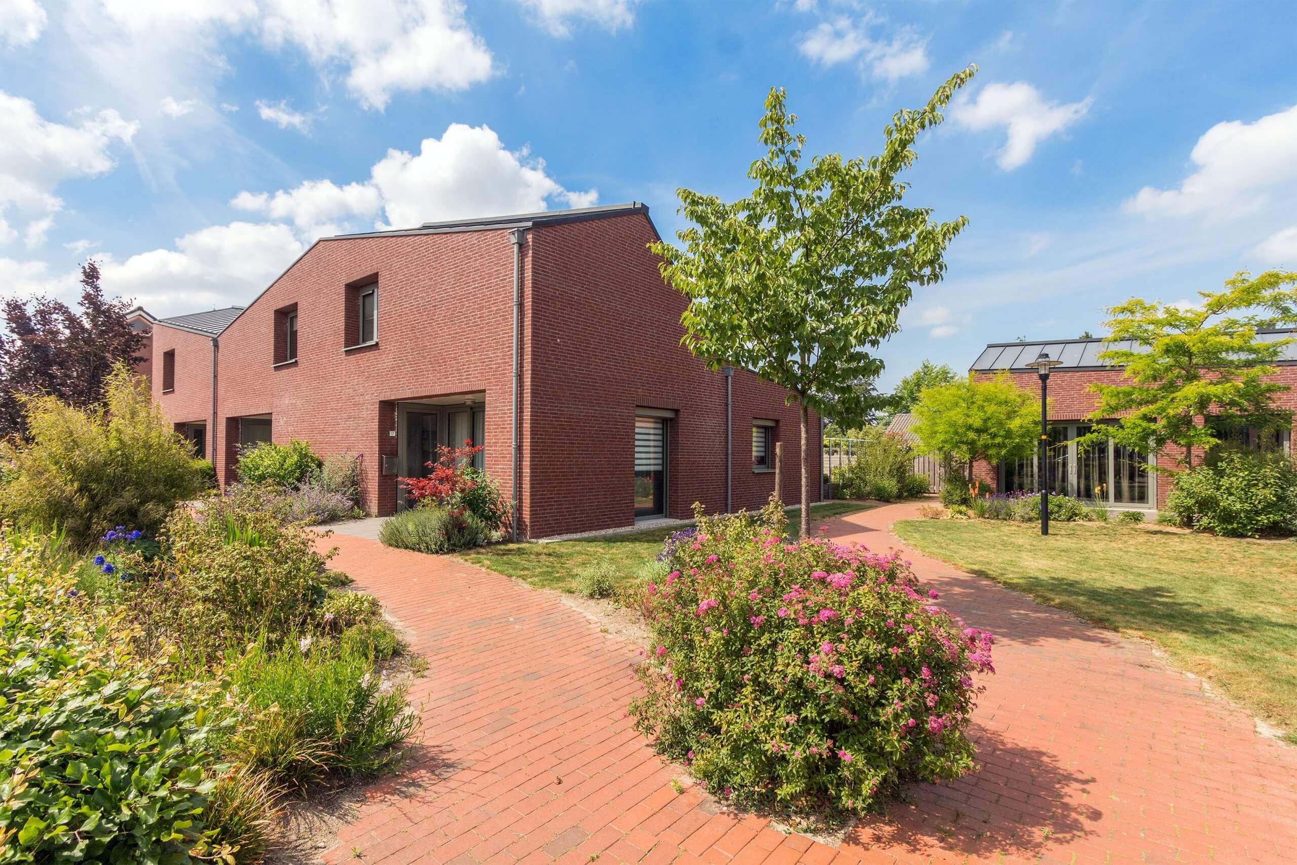Exterieur van bakstenen senioren woningen in Nederasselt, provincie Gelderland