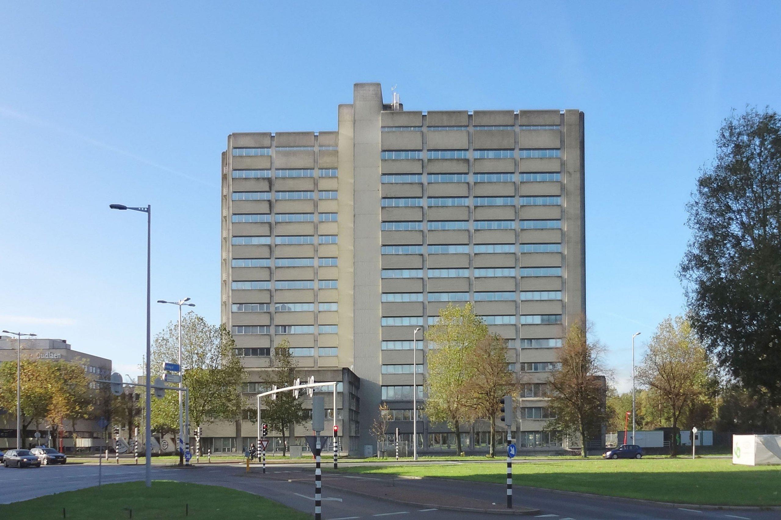 foto van het bestaande belastingkantoor dat herbestemd wordt tot studentenhuisvesting