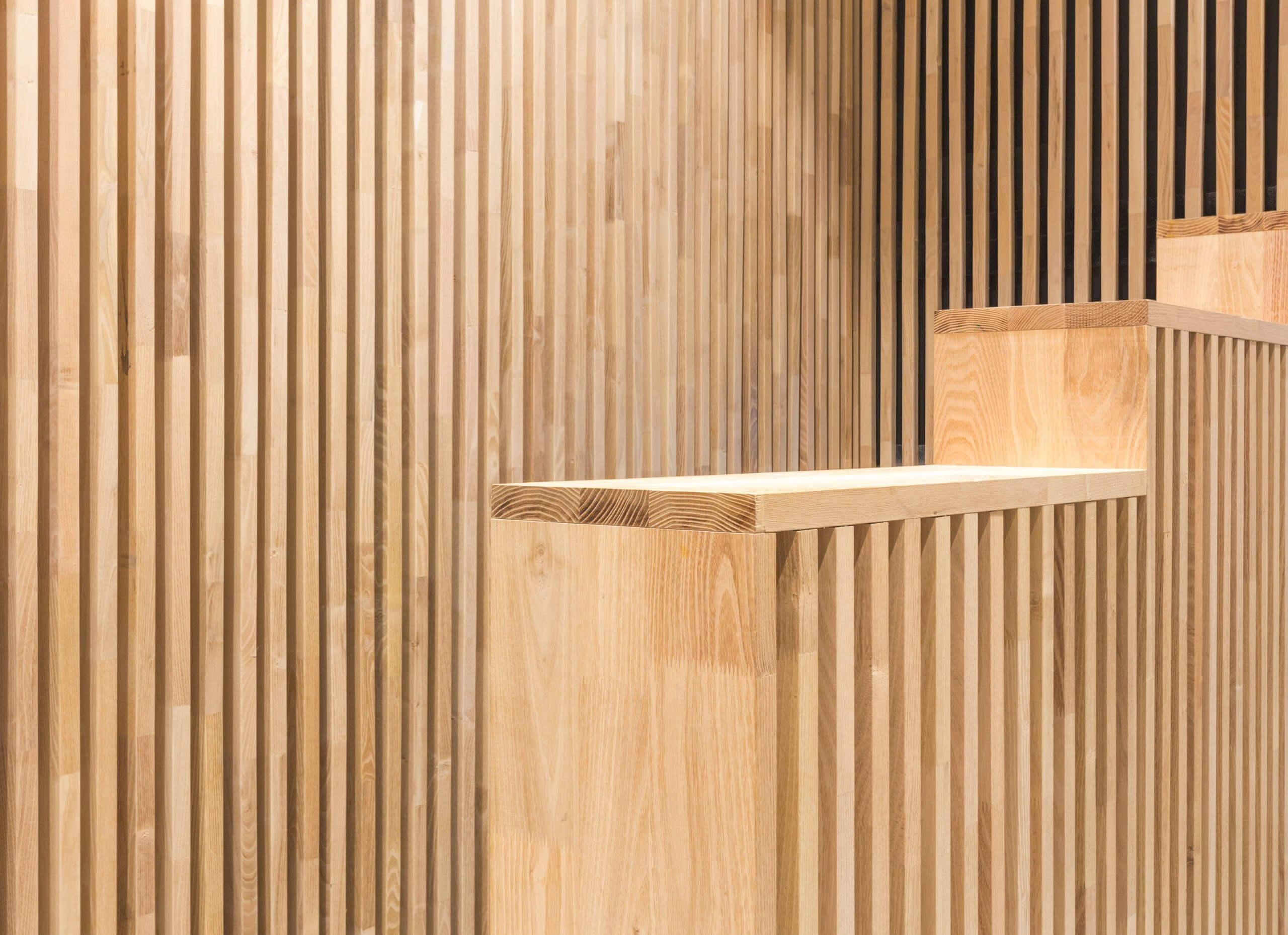 detail van maatwerk houten hek en wandbekleding