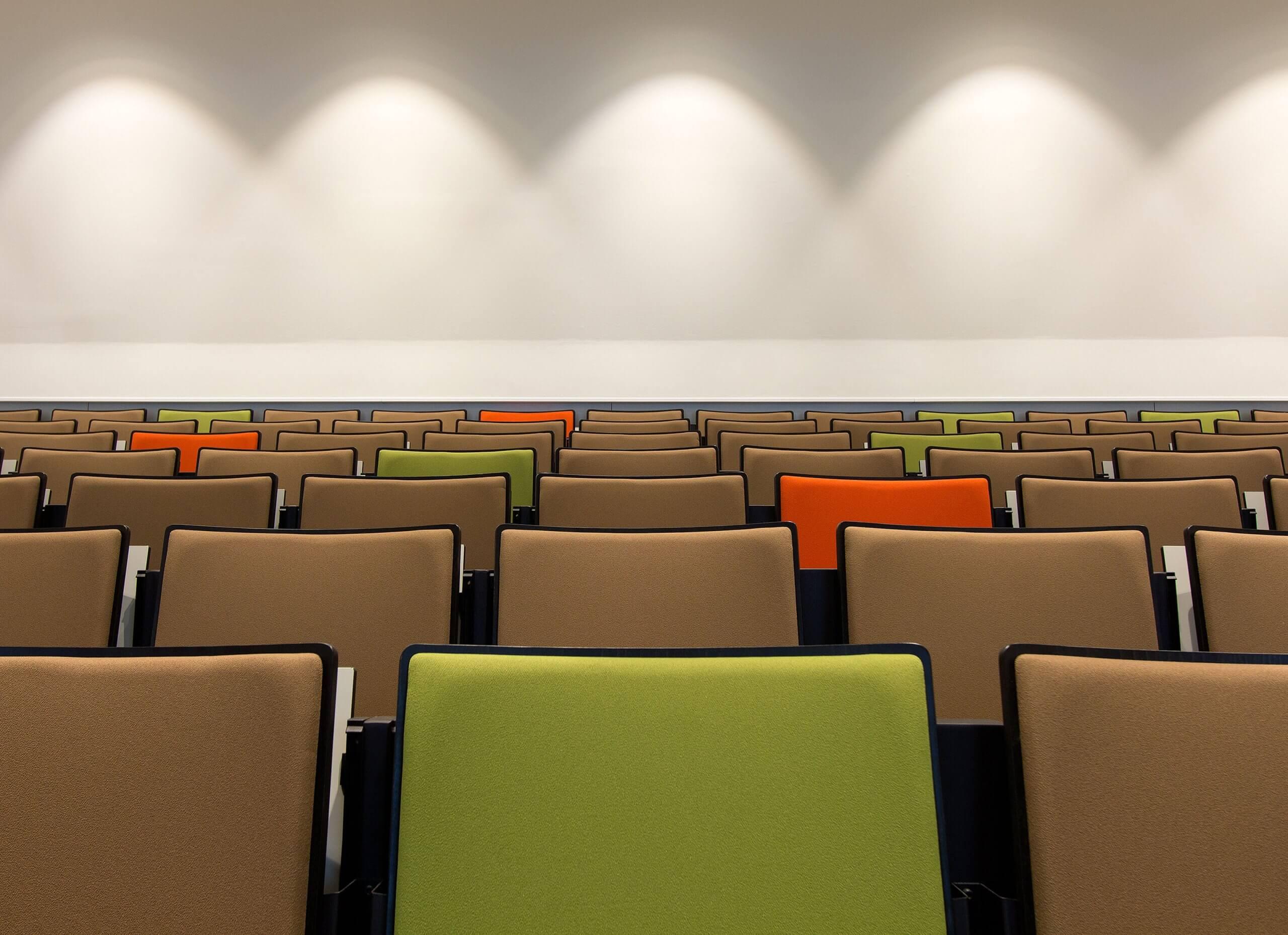 stoelen in collegezaal Leeuwenborch