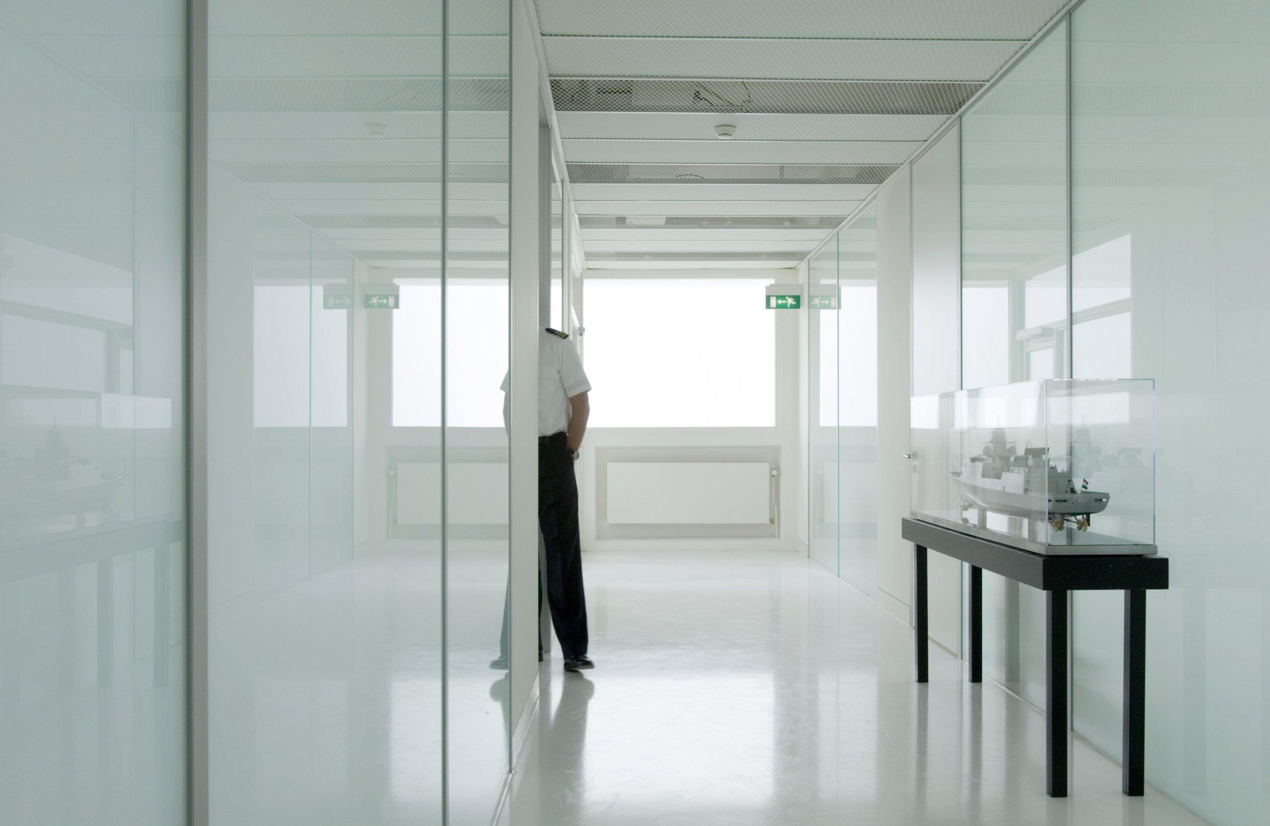 Interieur van getransformeerde logiesgebouw naar Admiraliteitsraad van het directieberaad van het Commando der Zeestrijdkrachten in Den Helder