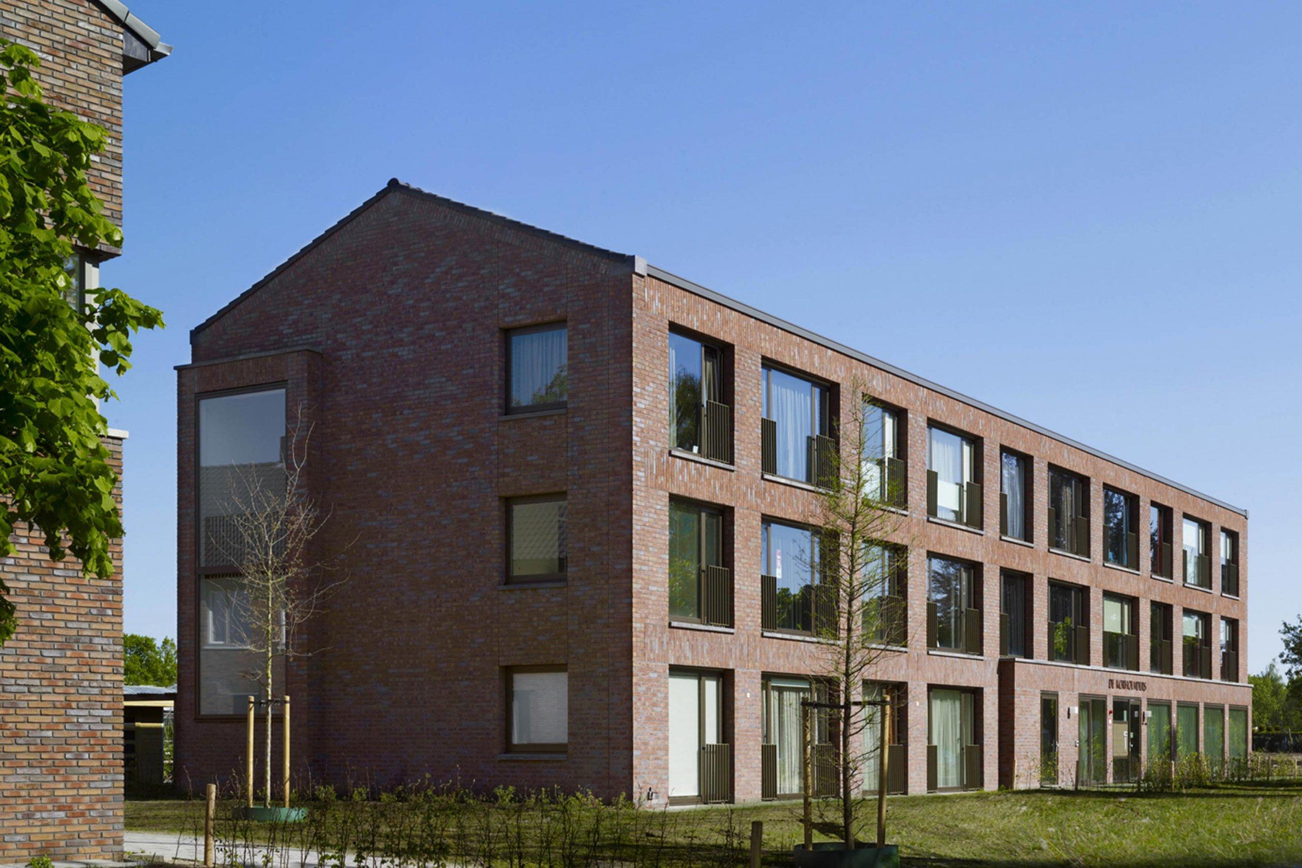 Exterieur van bouwblokken van woonzorggebouw Korhoenders te Hengelo, provincie Overrijsel