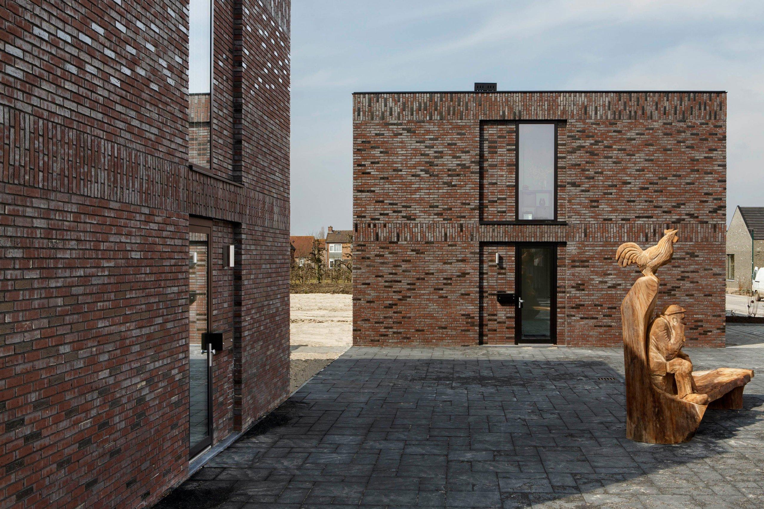 bakstenen woonblokken met starterswoningen in Schalkwijk, Provincie Utrecht