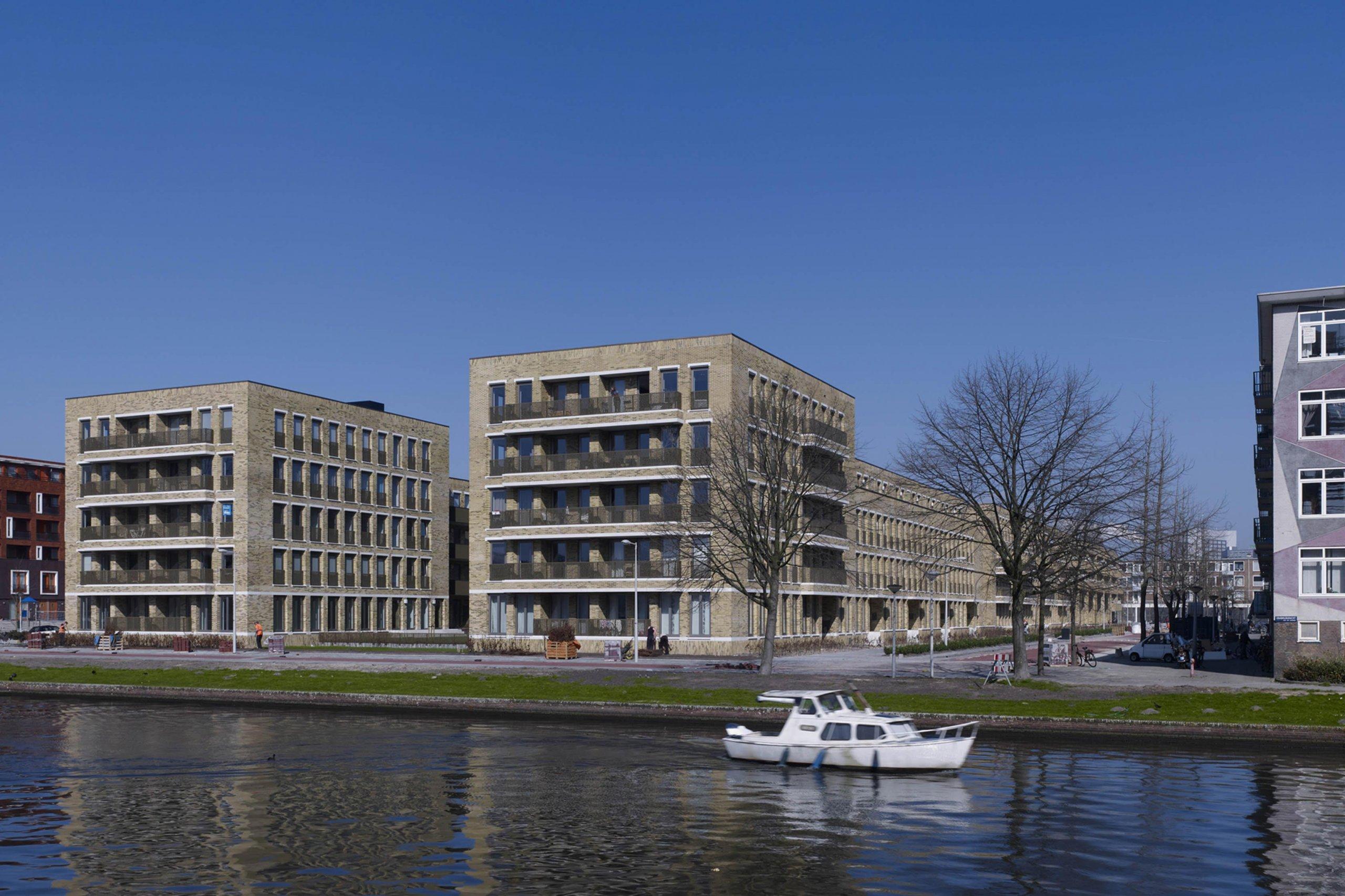 Exterieur van woonblokken met verschillende woningtypologie in de Kolenkitbuurt in Amsterdam West.
